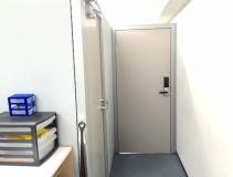 執務スペースへの扉。多分頑張って業務をしているはず・・。