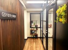 青い階段が入口のオフィスビル