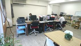一人ひとりが使える作業スペースは、効率優先で広くとっています(PCは一人一台)。