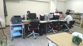 一人ひとりが使える作業スペースは、効率優先で広くとっています(PCは一人一台)