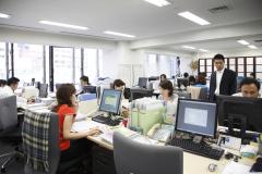 広々としたオフィス。風通しの良さも保険サービスシステムの特徴です。