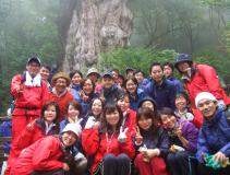 テーマを持った社員旅行を開催。2012年11月はニースマラソンに挑戦しました!写真は屋久島でトレッキングした時の一コマ。