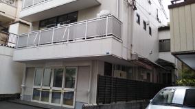 この建物の2階です